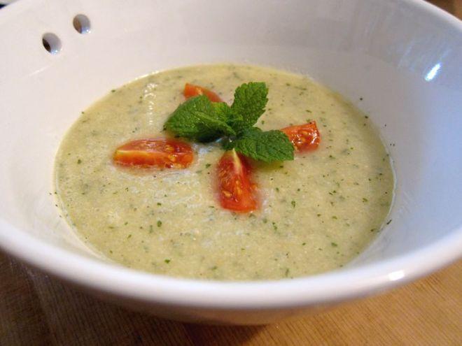 sopa-fria-de-melon-almendras-y-hierbabuena-