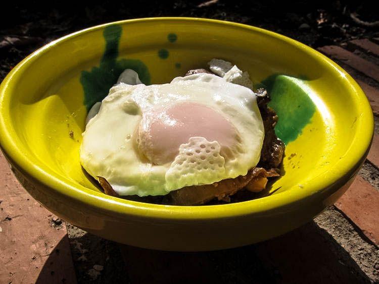 Salteado de setas con paté y huevo poché