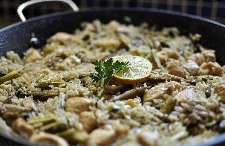 Arroz con espárragos, setas y pollo
