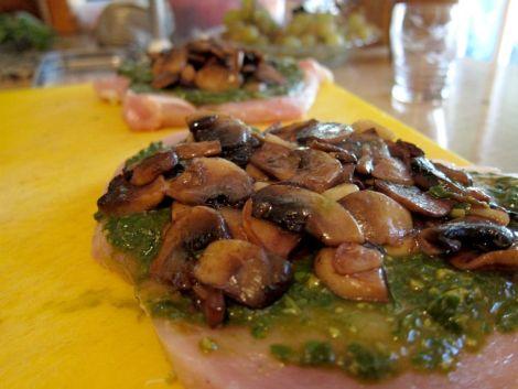 pechugas-rellenas-de-pesto-y-champiñones-0