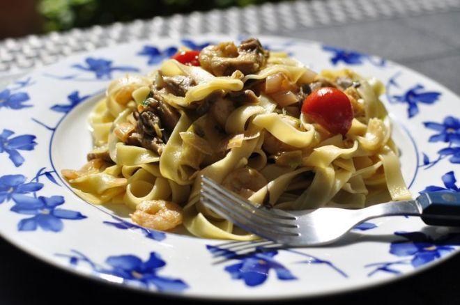 nidos-de-pasta-con-gambas-setas-y-tomates-cherry-10