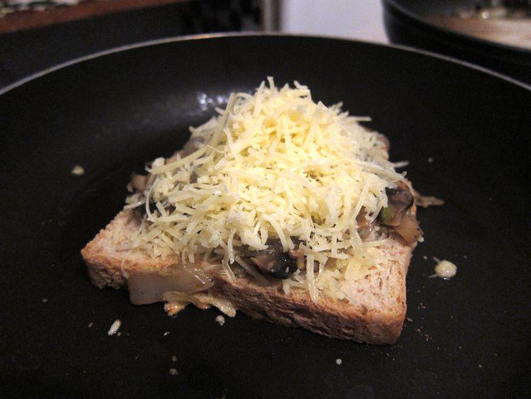 sandwich-vegetariano-de-champinones-cebolleta-y-queso-06