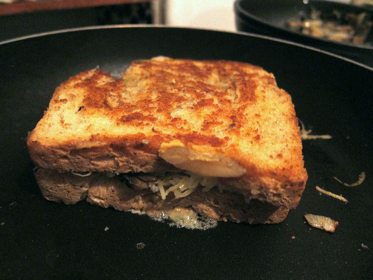 sandwich-vegetariano-de-champinones-cebolleta-y-queso-07