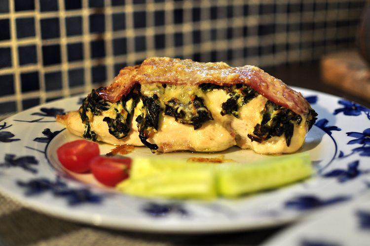 Pechugas rellenas de espinacas, ricotta y bacon