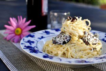 Spaghetti con tomates secos en aceite y ricotta