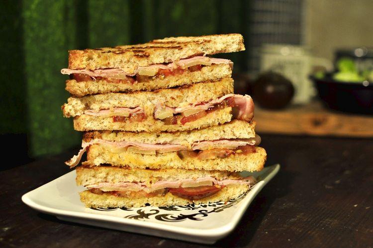 Sándwich integral de jamón cocido, queso emmental y kumato