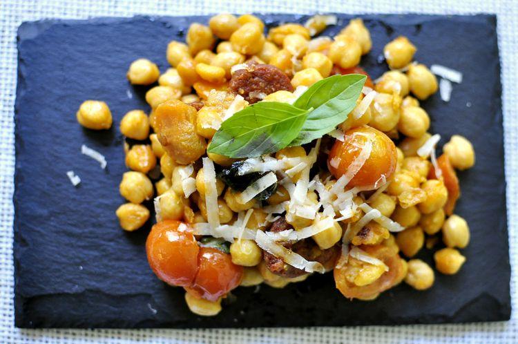 garbanzos-con-chorizo-tomates-cherry-albahaca-06