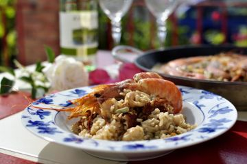 arroz con calamares, gambones y habas