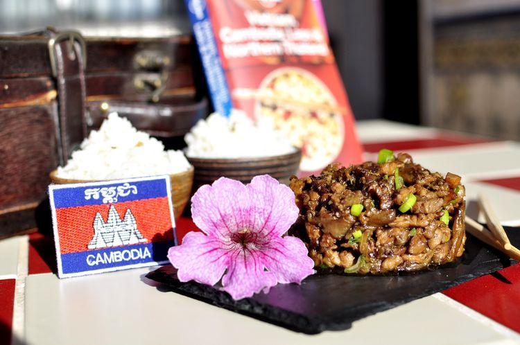 Berenjenas fritas con pollo. Receta de Camboya.