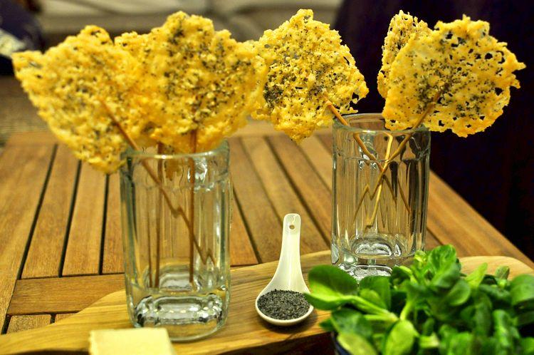 Piruletas de queso parmesano y semillas de amapola