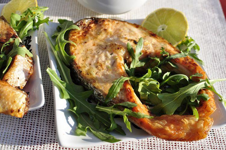 salmón al horno con mantequilla de limón y eneldo
