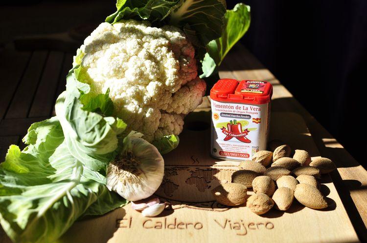 coliflor con fritada de ajos, almendras y pimentón