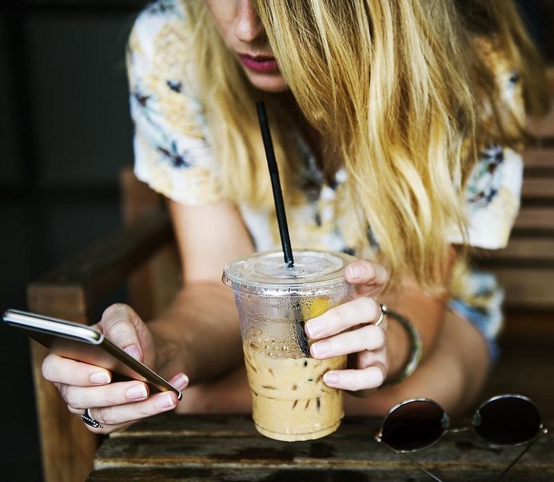 ¿Pasamos muchas horas frente al móvil? Consecuencias y soluciones