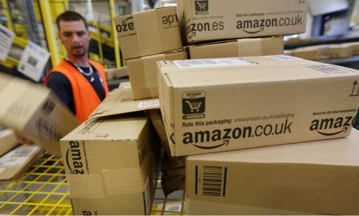 Empleado de Amazon trabajando