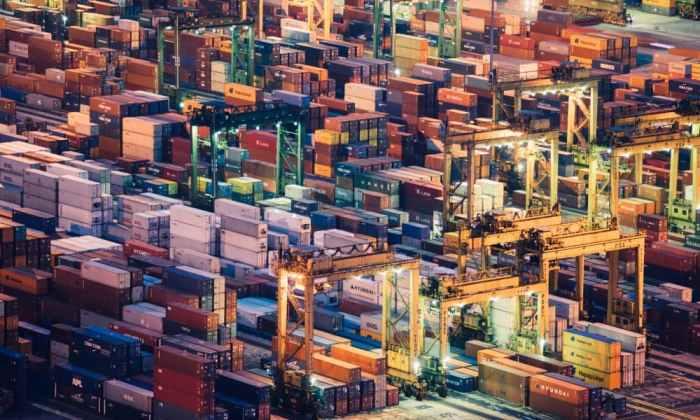 Contenedores en un puerto comercial.