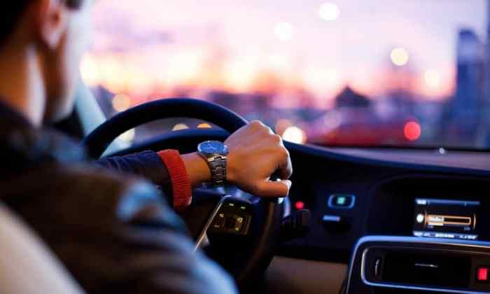 Hombre conduciendo un automóvil