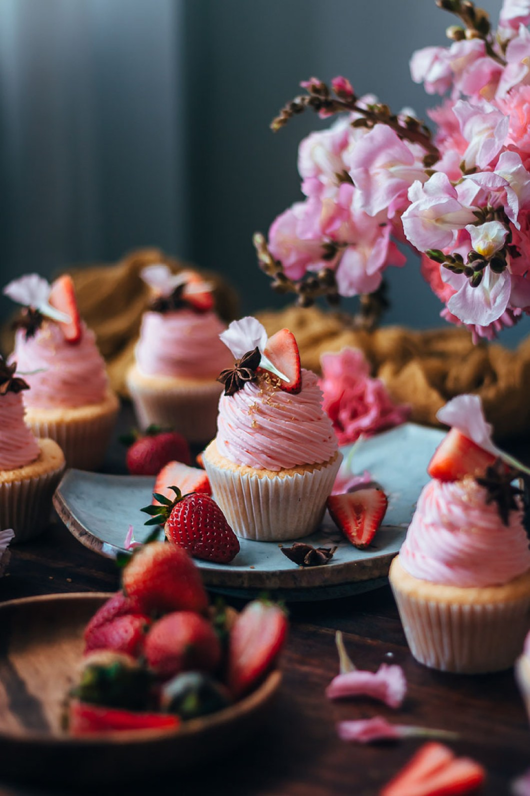 Buttermilk Cupcakes With Strawberry Jam And Yogurt Frosting Historias Del Ciervo By Julian Angel