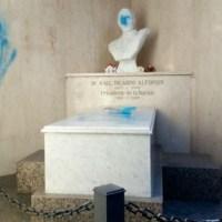 Atacaron el mausoleo de Raúl Alfonsín en el cementerio de Recoleta
