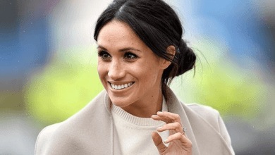 Photo of Meghan Markle se desprende de su look informal y se coloca un pañuelo en la cabeza