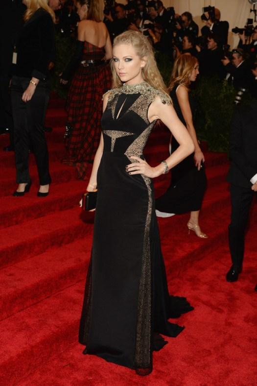 Taylor Swift, de J Mendel, llevando los smoky eyes a una nueva dimensión. Porque la novia de América también puede resultar dark.