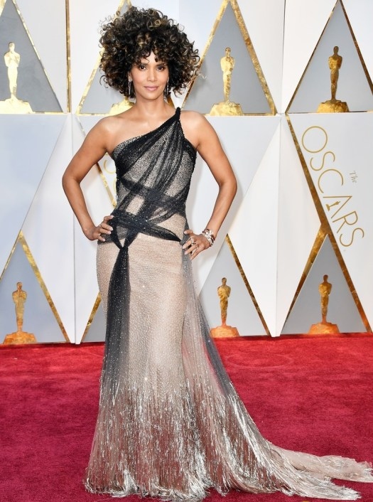 halle-berry-shimmers-on-the-red-carpet-at-the-oscars-04