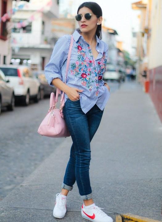 blusa borada con jueans y sneakers
