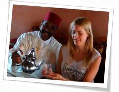 Victoria Bisogno explica como se preparar el té en la ceremonia del Té Marroquí