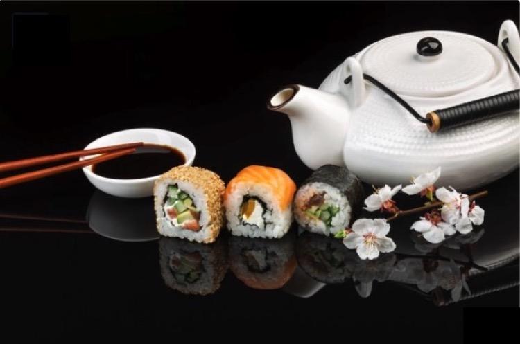 Sushi con té