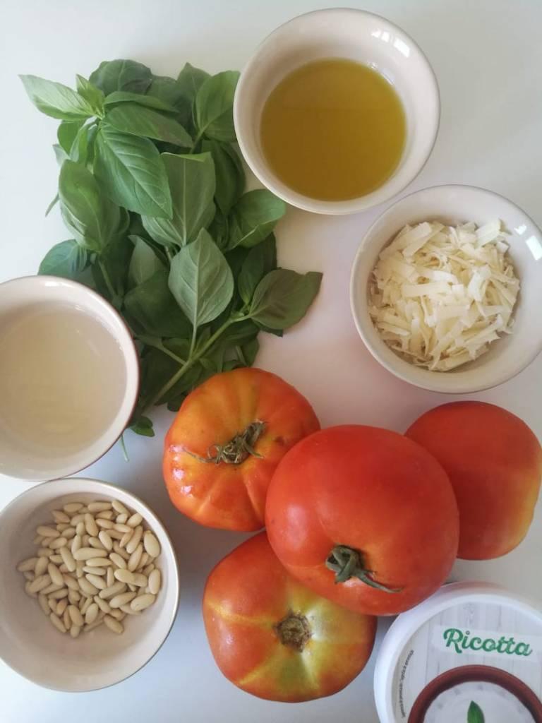 Ingredientes para tomates rellenos fríos de ricotta y pesto