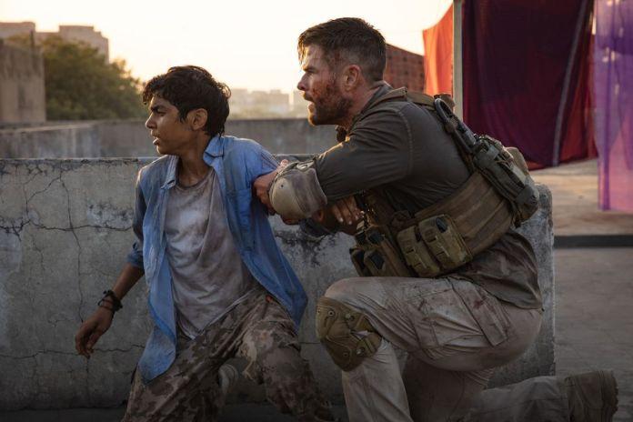 Tyler Rake (Chris Hemsworth) and Ovi (Rudraksh Jaiswal) (Photo: Netflix)