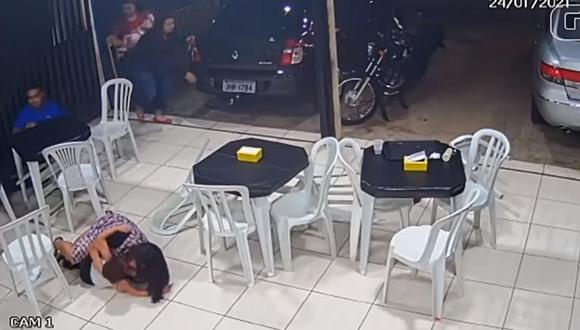 Mujer embarazada se lanzó sobre su hijo para protegerlo durante un tiroteo. Ocurrió en Brasil. (Foto: CANAL BRASIL TUTORIAL / YouTube)