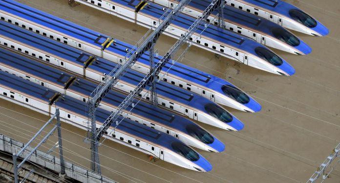 Un patio del tren bala Shinkansen inundado debido a las fuertes lluvias causadas por el tifón Hagibis en Nagano, Japón. (Reuters).