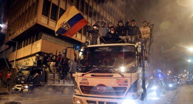 Miles de indígenas entraron a Quito la noche del lunes para protestar contra el régimen del presidente Lenín Moreno. (AFP / Cristina VEGA).