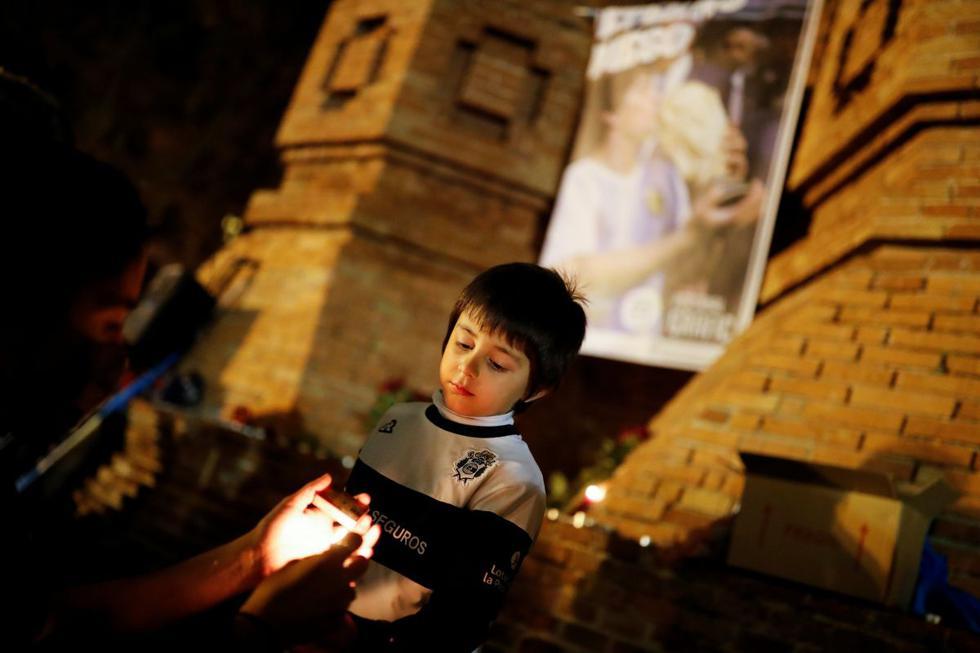 Iñaki González Reynoso, de cinco años, nacido en Argentina, participa en un homenaje a la leyenda del fútbol argentino. (REUTERS/Nacho Doce).