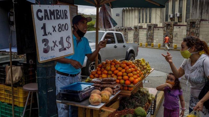 Casi todo se comercializa ya en dólares en Venezuela. (EPA).