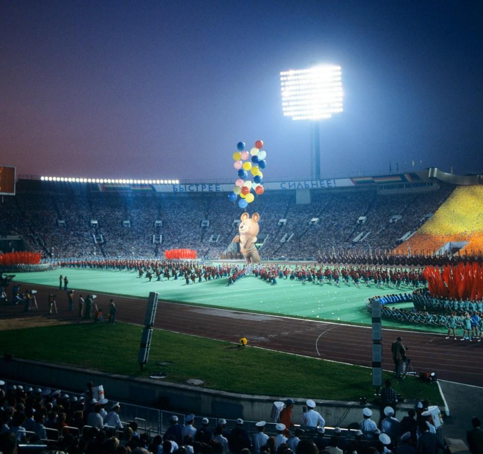 Mishka en la ceremonia de clausura de las Olimpiadas de verano de 1980, Moscú
