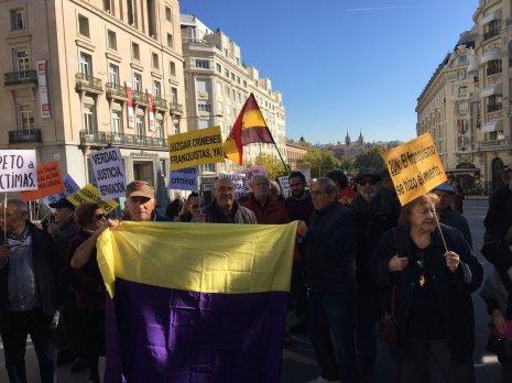 Manifestantes piden el fin de la impunidad franquista a 42 años de la muerte del dictador 1