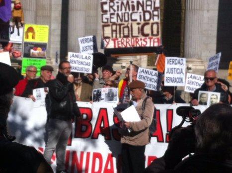 Manifestantes piden el fin de la impunidad franquista a 42 años de la muerte del dictador