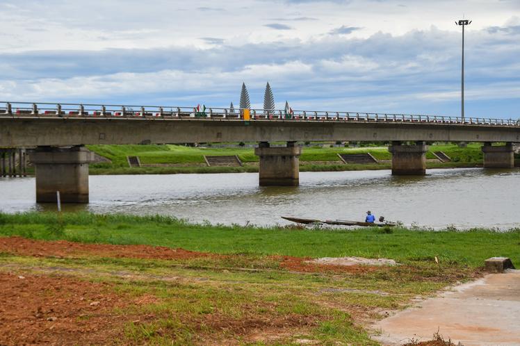 Un moderno puente corre paralelo al viejo Hien Luong. Los tiempos cambiaron para siempre en Vietnam