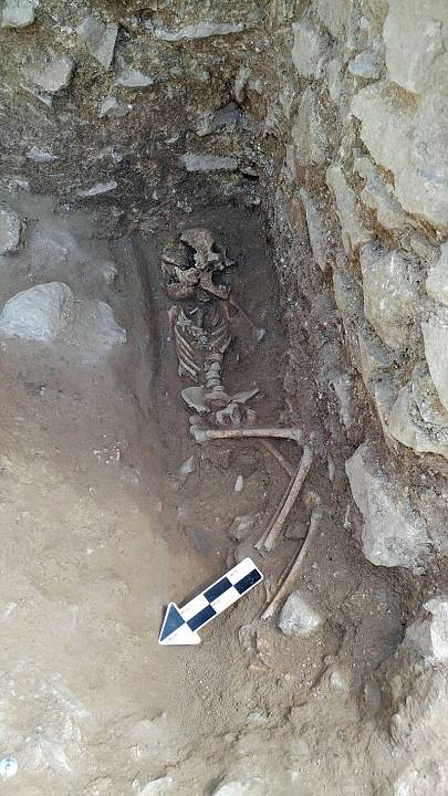 Tumba y restos del 'niño vampiro' encontrado en Lugnano, Italia