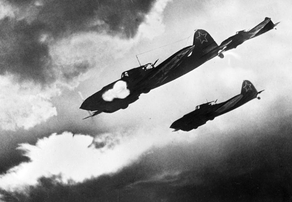 Los aviones soviéticos Il-2 atacan un convoy enemigo