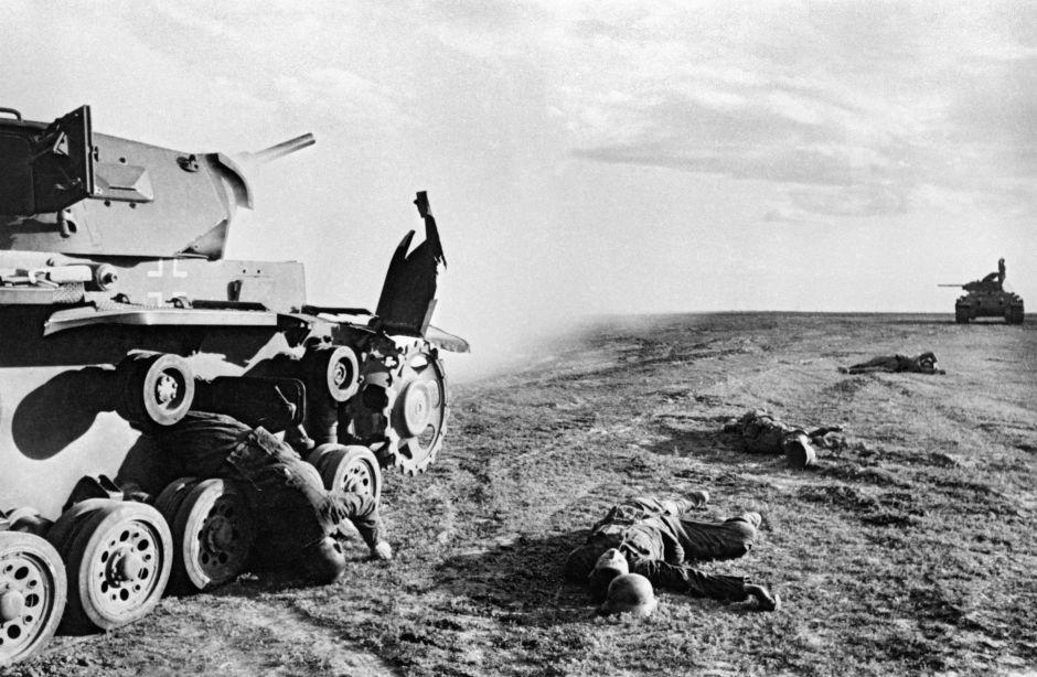 Un tanque nazi abatido y los cuerpos de los integrantes de su tripulación durante la batalla de Stalingrado