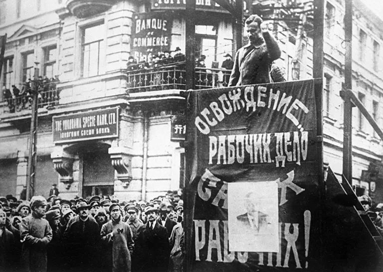 Mítin en las calles de Vladivostok dedicado a la liberación de la ciudad por el Ejército Popular Revolucionario