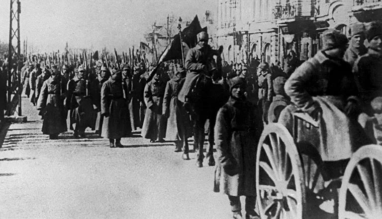 Unidades del Ejército Popular Revolucionario en las calles de Vladivostok