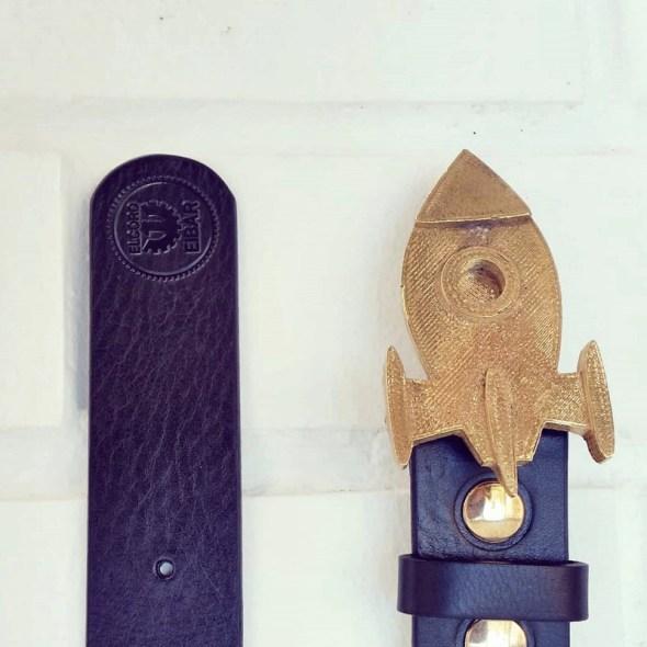 Fabrica de hebillas para cinturones en forma de cohete entre otras