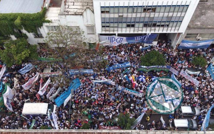Masiva manifestación frente al IPS en protesta a la reforma previsional de Vidal