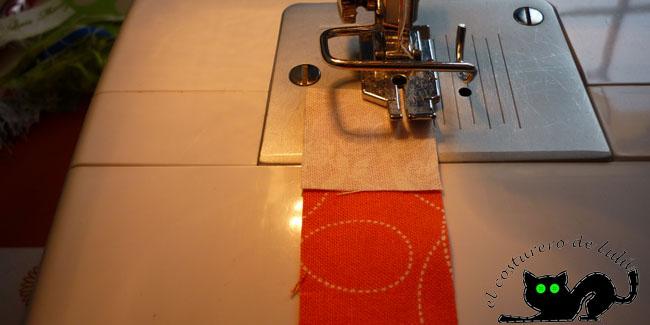 Colocamos siempre la tela pequeña encima para ver donde cosemos