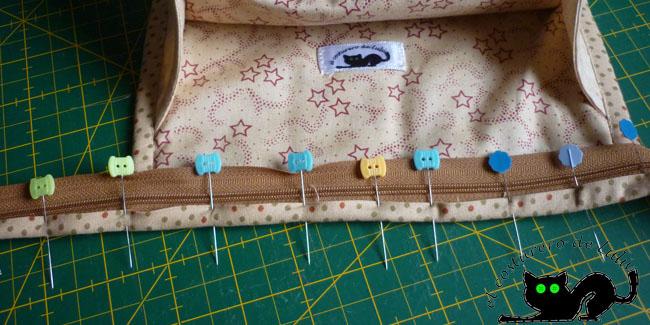Colocamos alfileres para sujetar la cinta y coser con la máquina
