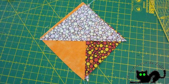 Colocamos el otro triángulo sobre lo que acabamos de coser