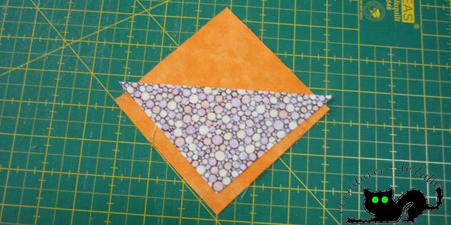 Colocamos el triángulo sobre uno de los cuadrados